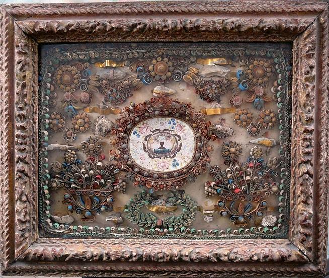 Reliquaire à papiers roulés XVIIe : Miniature symbolique Agnus Dei surmontant un calice dans un décor de papiers roulés