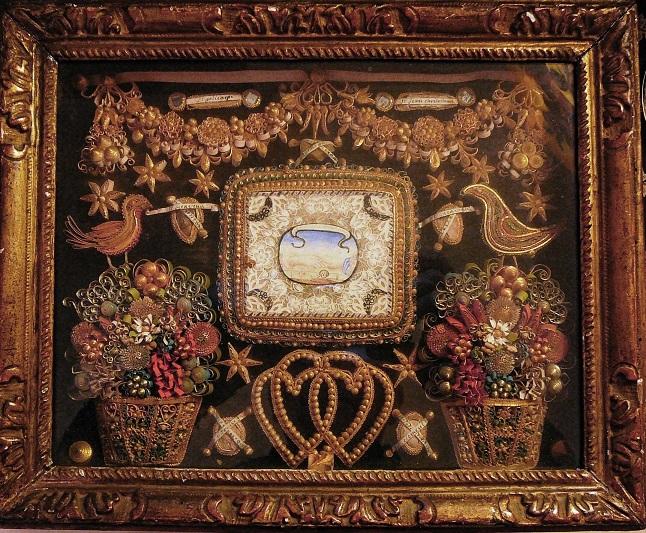 Reliquaire à papiers roulés début XVIIIe :canivet symbolique entouré de papiers roulés, guirlandes, oiseaux, bouquets, cœurs.