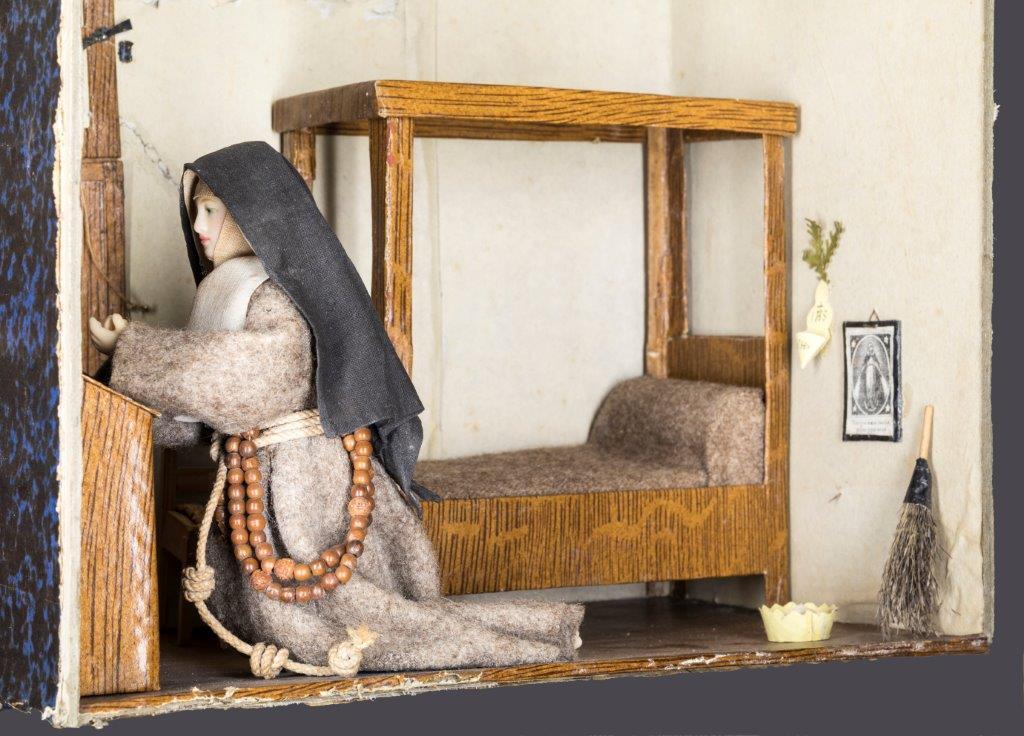 Cellule de nonne début XIXe franciscaine agenouillée à son prie-Dieu